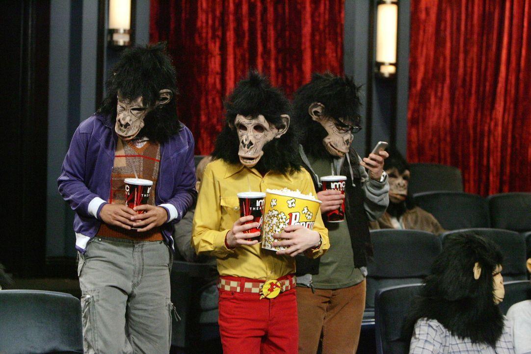 Leonard (Johnny Galecki, r.), Rajesh (Kunal Nayyar, l.) und Howard (Simon Helberg, M.) wissen, dass der kranke Sheldon unerträglich ist und beschli... - Bildquelle: Warner Bros. Television