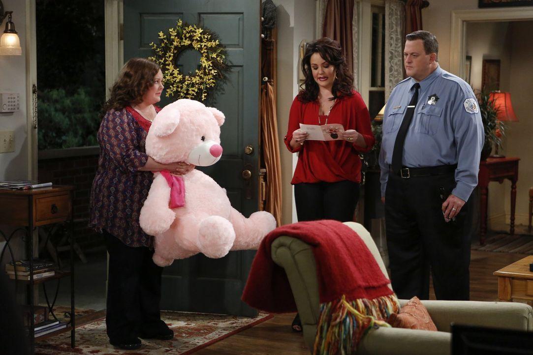 Ob ein rosa Teddybär den Familienfrieden wieder herstellen kann? Molly (Melissa McCarthy, l.), Victoria (Katy Mixon, M.) und Mike (Billy Gardell, r.... - Bildquelle: Warner Brothers