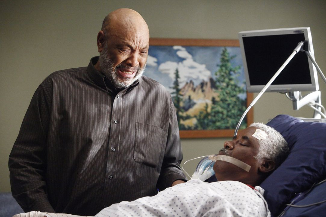 Cristina soll bei dem hirntoten Patienten Michael die lebenserhaltenden Maschinen abstellen, doch im letzten Moment stoppt Sam (James Avery, l.), Mi... - Bildquelle: ABC Studios