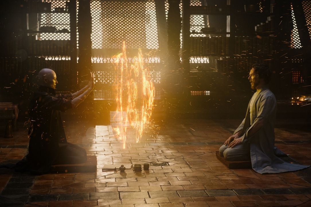 The Ancient One (Tilda Swinton, l.); Dr. Stephen Strange (Benedict Cumberbatch, r.) - Bildquelle: Jay Maidment 2016 Marvel. All Rights Reserved. / Jay Maidment