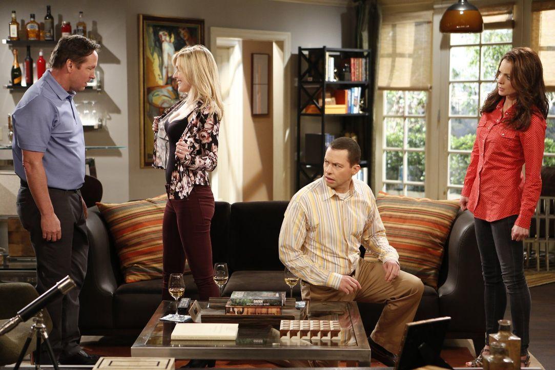 """Als Gretchen (Kimberly Williams-Paisley, r.) erfährt, warum Alan (Jon Cryer, 2.v.r.) sich ihr unter dem Namen """"Jeff Starkmann"""" vorgestellt hat, droh... - Bildquelle: Warner Brothers Entertainment Inc."""