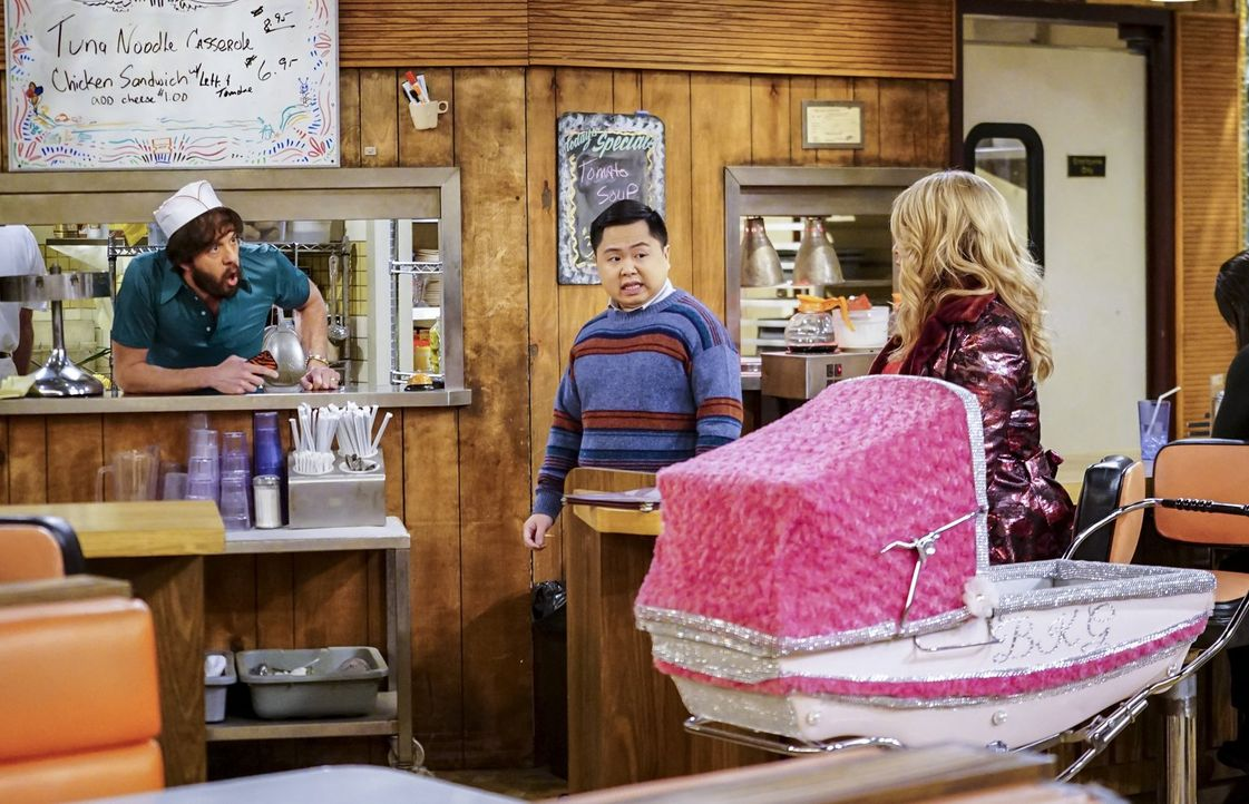 Noch läuft im Diner und in der Dessert Bar alles nach Plan, doch dann treffen Oleg (Jonathan Kite, l.), Han (Matthew Moy, M.) und Sophie (Jennifer C... - Bildquelle: Warner Bros. Television
