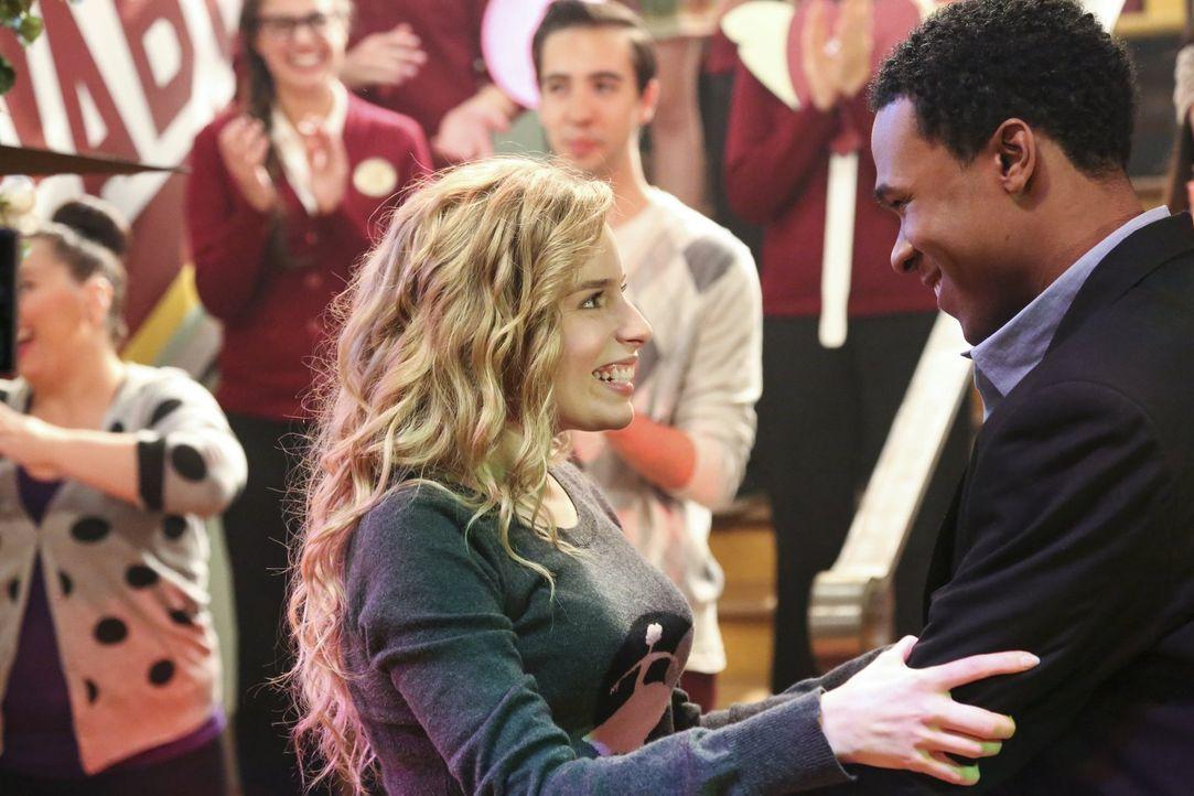 Malik (Maestro Harrell, r.) hat eine ganz besondere Überraschung für seine Lisa (Allie Grant, l.) ... - Bildquelle: Warner Brothers