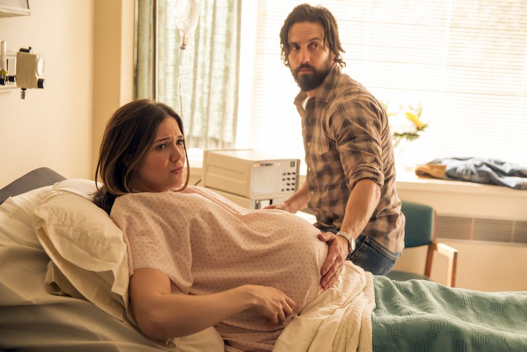 Rebecca (Mandy Moore, l.) und Jack (Milo Ventimiglia, r.) erwarten Drillinge, doch es gibt Komplikationen und nicht alle Kinder überleben den Start... - Bildquelle: Ron Batzdorff 2016-2017 Twentieth Century Fox Film Corporation.  All rights reserved.   2017 NBCUniversal Media, LLC.  All rights reserved.