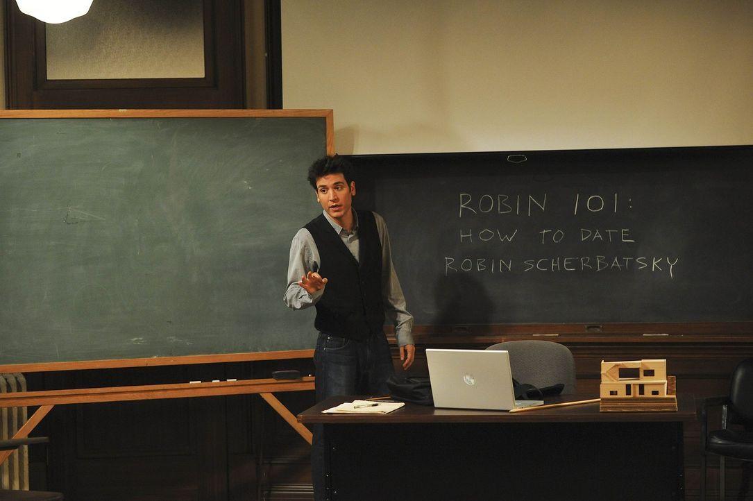 Ted (Josh Radnor) gibt seinem Kumpel Barney im Hörsaal der Uni eine Art Robin-Grundkurs ... - Bildquelle: 20th Century Fox International Television