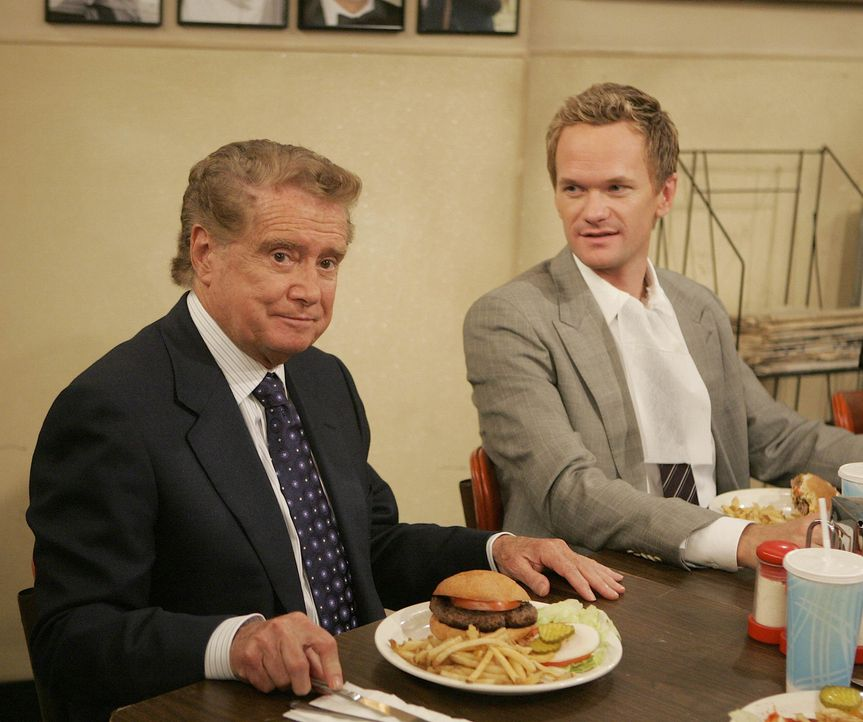 Sie haben ihn gefunden - den besten Burger von New York: Regis Philbin (Regis Philbin, l.) und Barney (Neil Patrick Harris, r.) ... - Bildquelle: 20th Century Fox International Television