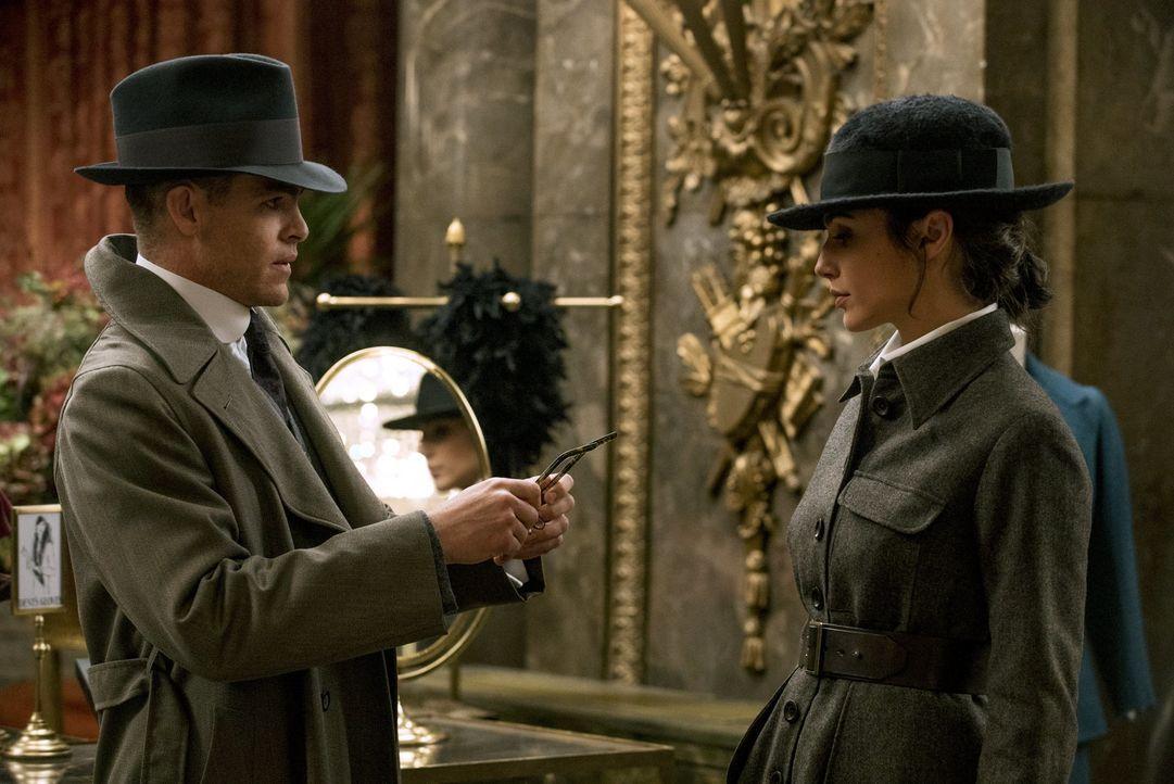 Steve Trevor (Chris Pine, l.); Diana (Gal Gadot, r.) - Bildquelle: Warner Bros.