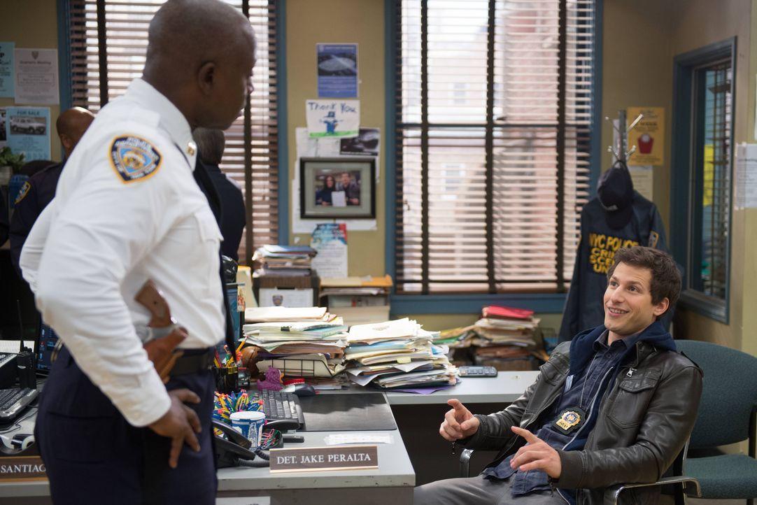 Captain Ray Holt (Andre Braugher, l.); Jake Peralta (Andy Samberg, r.) - Bildquelle: Eddy Chen 2013 NBC Studios LLC. All Rights Reserved. / Eddy Chen