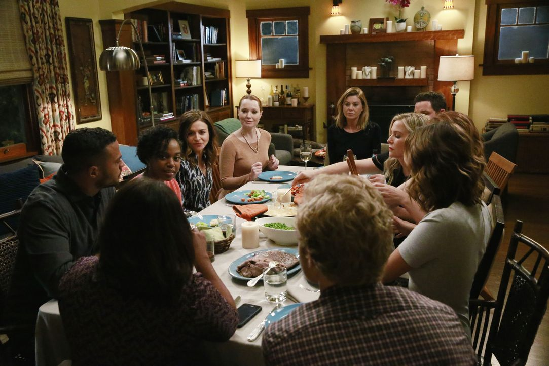 Die Dinnerparty ist in vollem Gange, und niemand ahnt, dass sie in einer Katastrophe enden wird: (im Uhrzeigersinn von vorne l.) Jackson (Jesse Will... - Bildquelle: Mitchell Haaseth ABC Studios