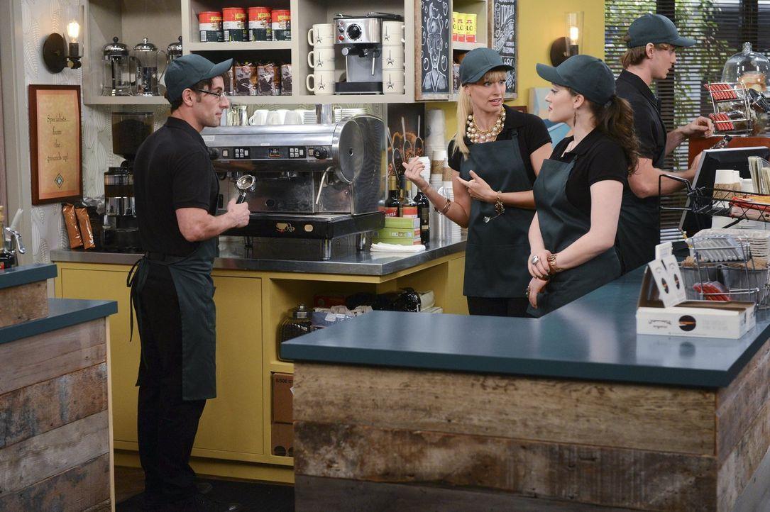 Weil Caroline (Beth Behrs, 2.v.l.) und Max (Kate Dennings, 2.v.r.) ihre neue Kaffeemaschine nicht bedienen können, beschließen sie, einen Probearbei... - Bildquelle: Warner Brothers