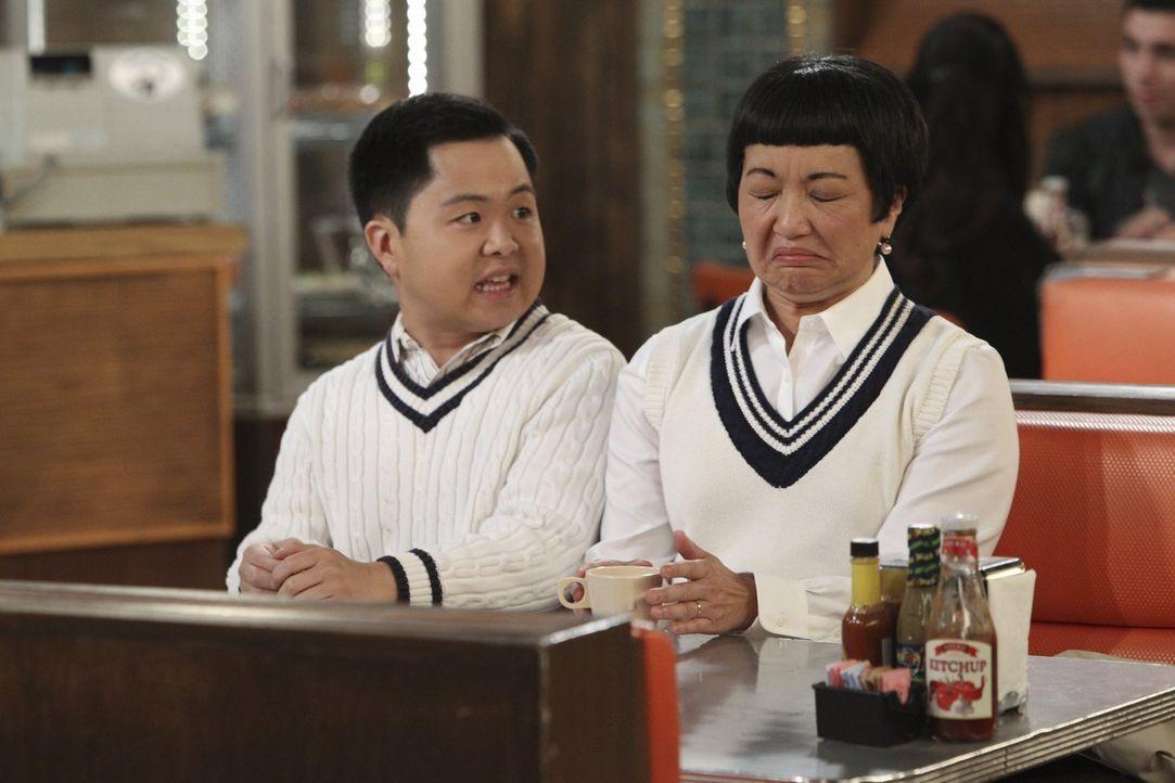 Die konservative Koreanerin Su-Min (Karen Maruyama, r.) ist fest davon überzeugt, dass ihr Sohn Lee (Matthew Moy, l.) eine Freundin hat und vorbildl... - Bildquelle: Warner Bros. Television