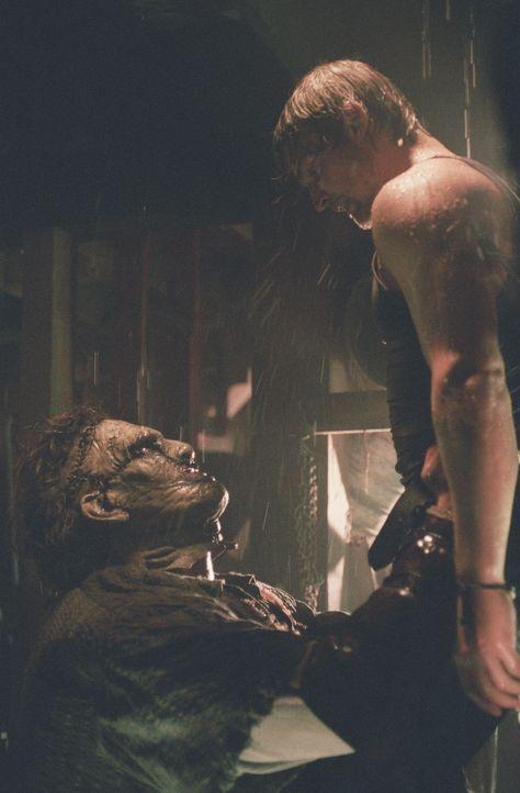 Erst spät erkennt Andy (Mike Vogel, r.), dass man Leatherface (Andrew Bryniarski, l.) niemals, wirklich niemals trauen sollte ... - Bildquelle: Constantin Film