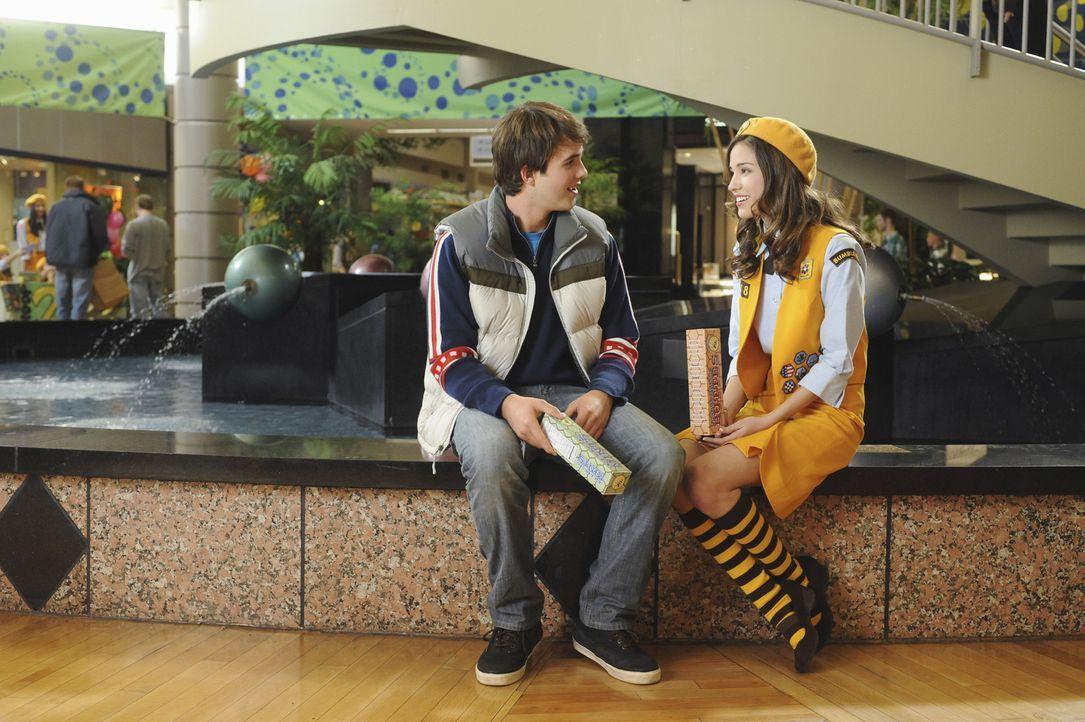 Schon seit langem interessiert sich Alex (Hutch Dano, l.) für die liebenswerte Matisse (Kelsey Chow, r.). Doch das junge Mädchen will von dem schu... - Bildquelle: Disney