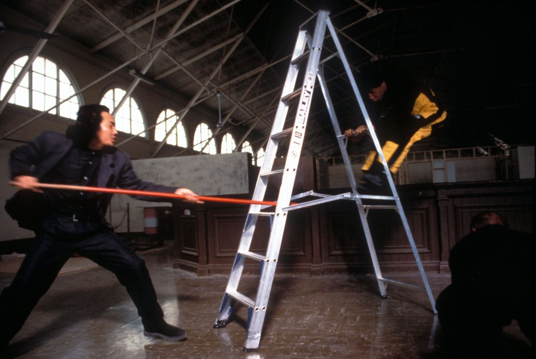 Cop Jackie (Jackie Chan, r.) muss sich einfallsreich gegen die Mächte der Finsternis zur Wehr setzen ... - Bildquelle: Warner Bros.