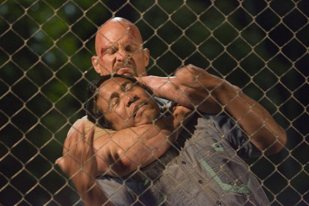Kämpfen in einer Fernsehshow um die Freiheit: die Schwerverbrecher Conrad (Steve Austin, hinten) und Saiga (Masa Yamaguchi, vorne) ... - Bildquelle: 2007 WWE Films, Inc. All Rights Reserved.
