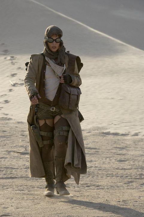 Die Flucht führt Alice (Milla Jovovich) quer durch die Wüste. Doch die Umbrella Corporation ist ihr dicht auf den Fersen ... - Bildquelle: Constantin Film