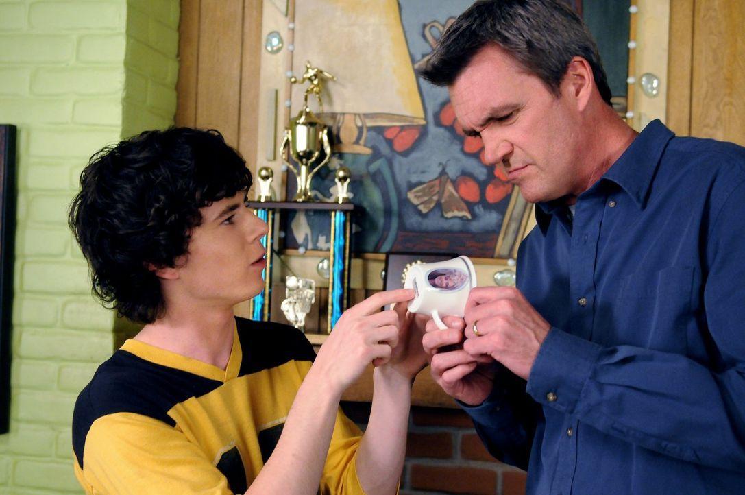 Axl (Charlie McDermott, l.) und Mike (Neil Flynn, r.) haben nur wenig Sinn für Frankies Enthusiasmus für die königliche Hochzeit von William und Kat... - Bildquelle: Warner Brothers