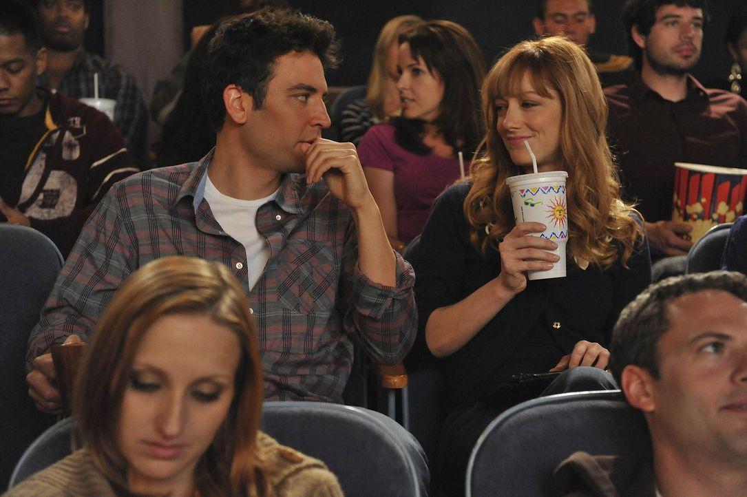 """Als Ted (Josh Radnor, l.) eines Tages mit seiner neuen Bekanntschaft Royce (Judy Greer, r.) im Kino einen Film anschaut, ist Ted entsetzt: """"The Wedd... - Bildquelle: 20th Century Fox International Television"""