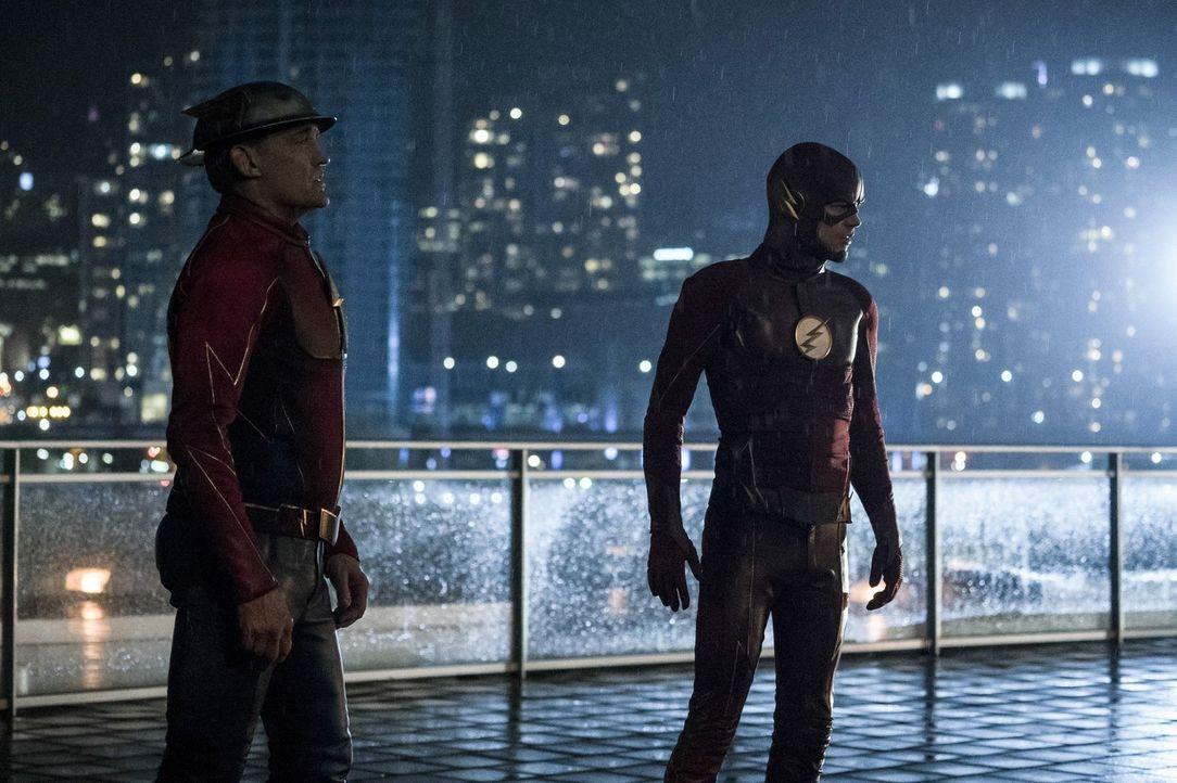Jay alias Flash (John Wesley Shipp, l.) wird von Barry alias The Flash (Grant Gustin, r.) in den Kampf gegen Savitar und Dr. Alchemy hineingezogen u... - Bildquelle: 2016 Warner Bros.