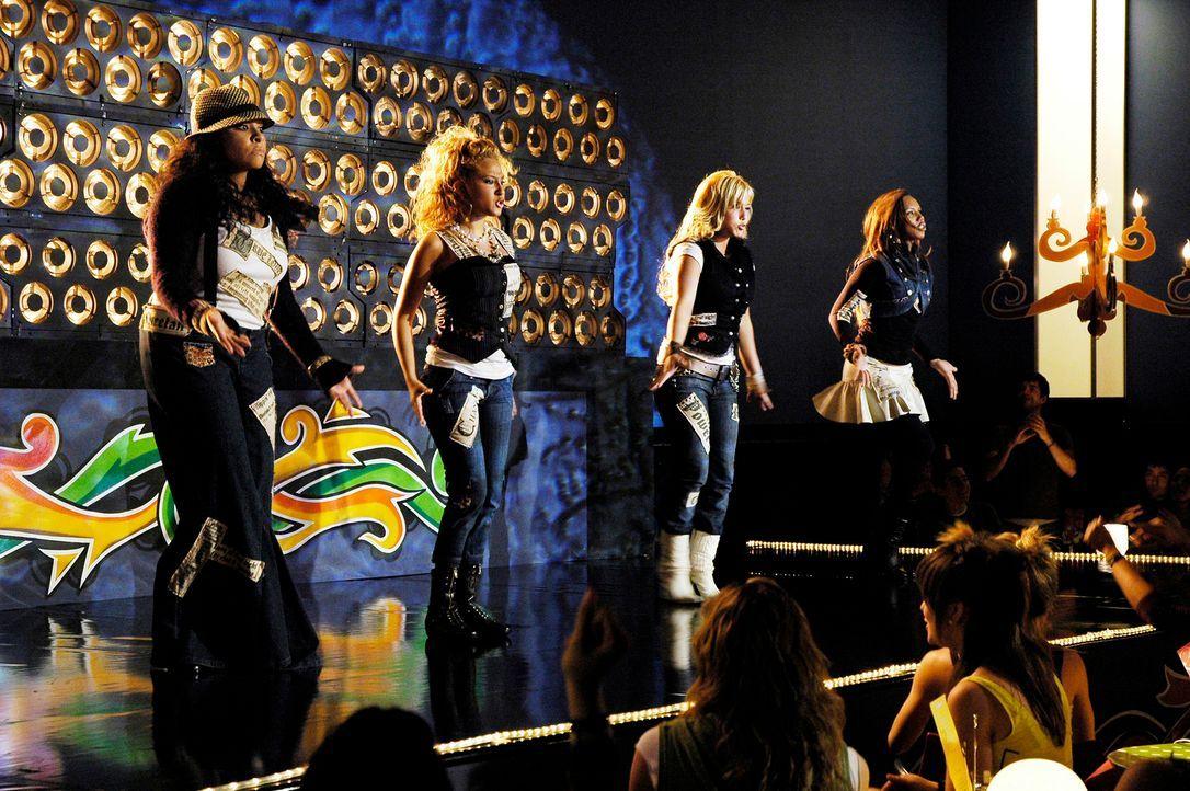 """Erst beim Talentwettbewerb können die """"Cheetah Girls"""" (v.l.n.r.) Galleria (Raven), Chanel (Adrienne Bailon), Dorinda (Sabrina Bryan) und Aqua (Kiely... - Bildquelle: Buena Vista International Television"""