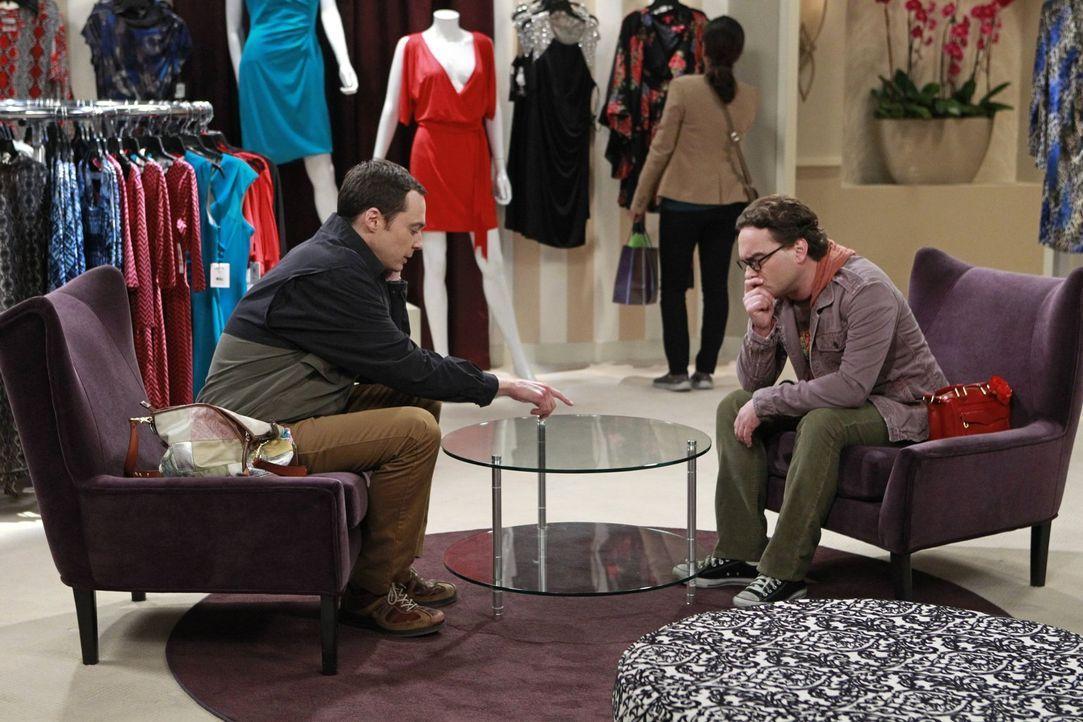 Während Penny und Amy Kleider probieren, kommt es zu einer Auseinandersetzung zwischen Leonard (Johnny Galecki, r.) und Sheldon (Jim Parsons, l.) ... - Bildquelle: Warner Bros. Television