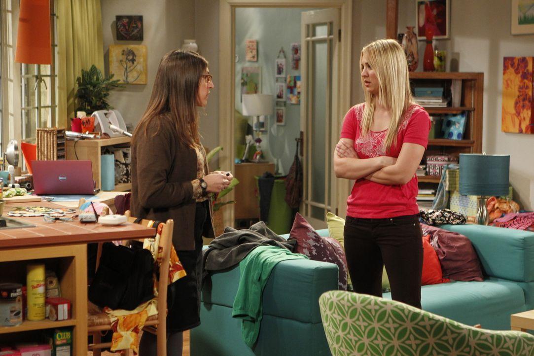 Penny bekommt Besuch von Amy (Mayim Bialik, l.), die sich als ihre beste Freundin genötigt sieht, Penny (Kaley Cuoco, r.) zur Seite zu stehen, da si... - Bildquelle: Warner Bros. Television