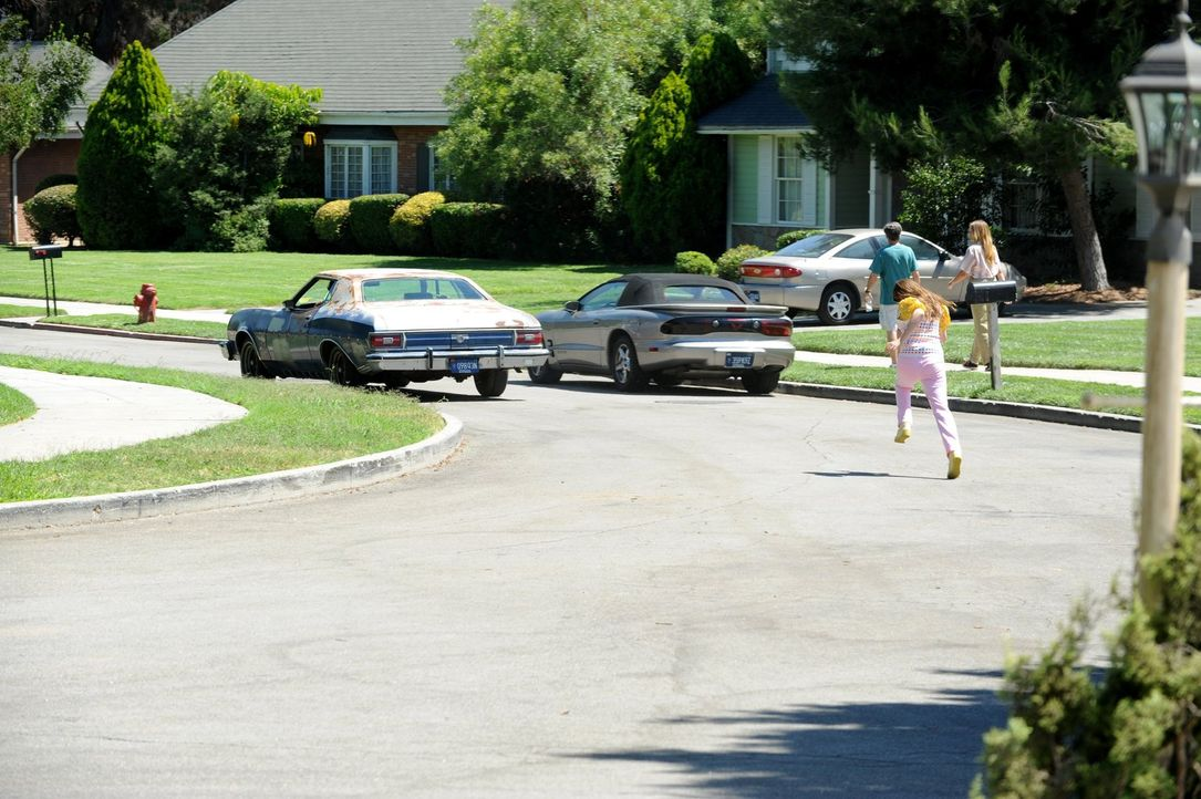 Weil Sue (Eden Sher, r.) ihren Bruder Axl bei einem unfreiwilligen Campingausflug mit ihren Eltern ununterbrochen mit Fragen zur Highschool löchert,... - Bildquelle: Warner Brothers