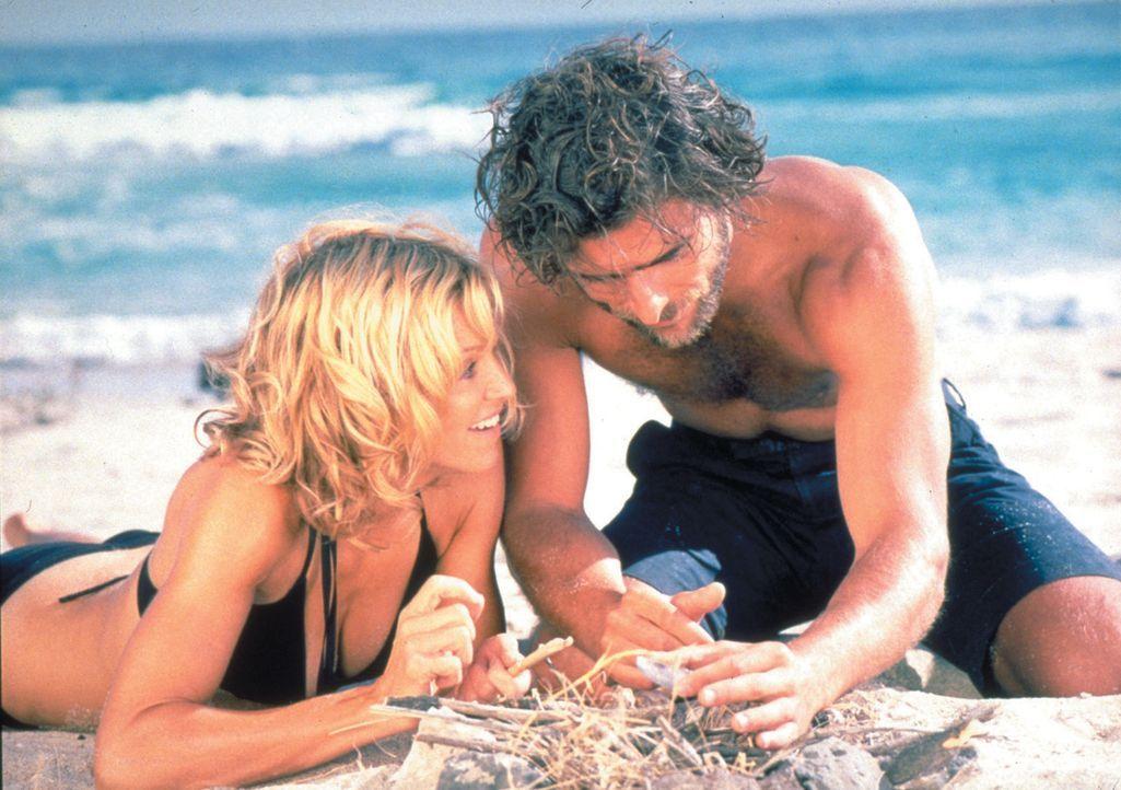 Obwohl die verwöhnte und launische Amber Leighton (Madonna, l.) Giuseppes (Adriano Giannini, r.) eigenartige Befehle befolgen muss, verliebt sie si... - Bildquelle: 2003 Sony Pictures Television International