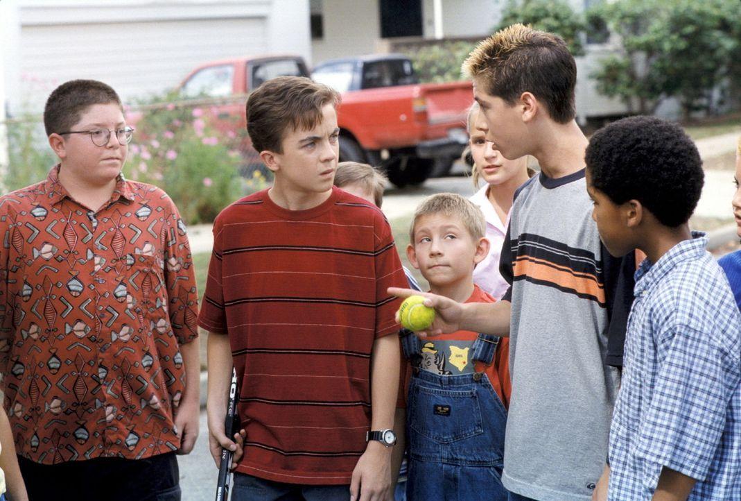 Als Reese (Justin Berfield, 2.v.r.) sich ein neues Spiel ausdenkt, müssen Dewey (Erik Per Sullivan, M.), Malcolm (Frankie Muniz, 2.v.l.) und die an... - Bildquelle: TM +   2000 Twentieth Century Fox Film Corporation. All Rights Reserved.