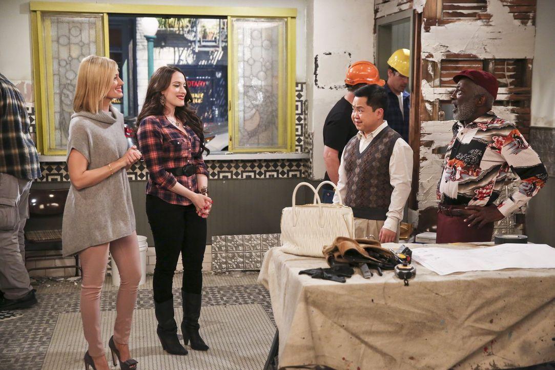 Caroline (Beth Behrs, l.) und Max (Kat Dennings, 2.v.l.) zeigen Han (Matthew Moy, 2.v.r.) und Earl (Garrett Morris, r.) stolz den Raum, in dem ihre... - Bildquelle: 2016 Warner Brothers