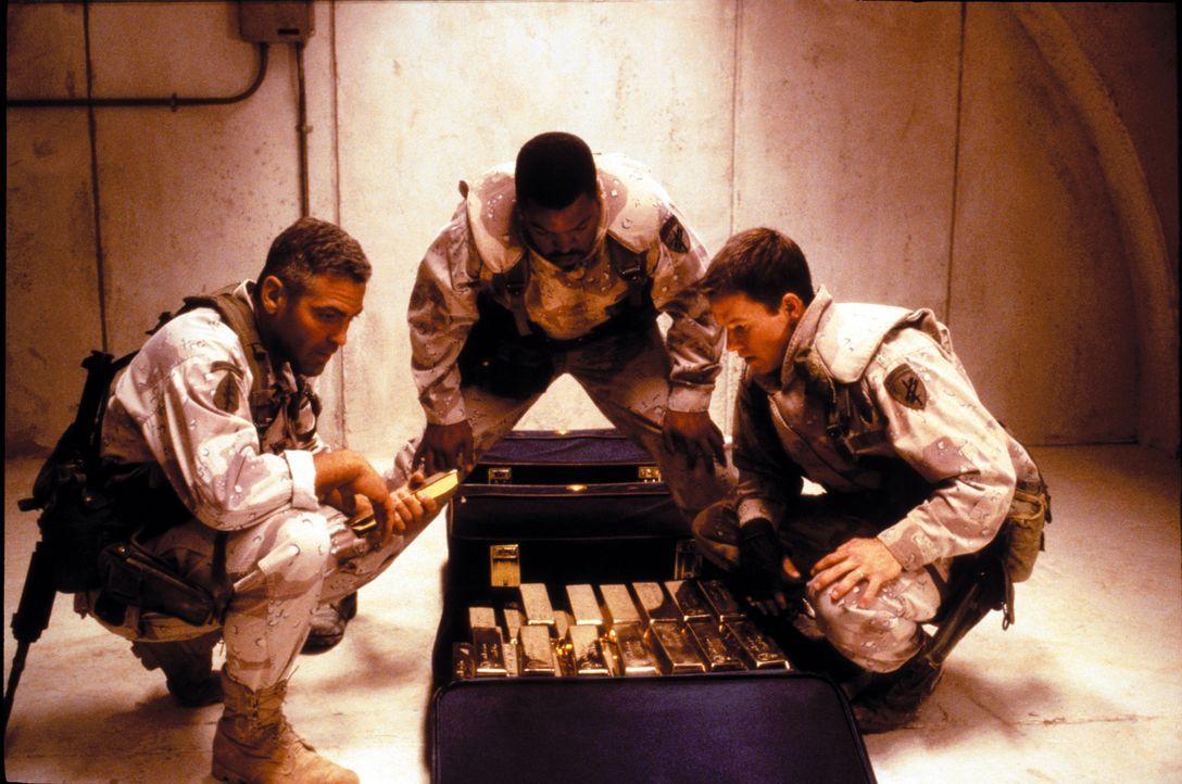 Am Ende des Golfkrieges 1999 finden die Soldaten Archie (George Clooney, l.), Troy (Mark Wahlberg, r.)und Chief Elgin (Ice Cube, M.) eine Karte zu e... - Bildquelle: Warner Bros. Pictures
