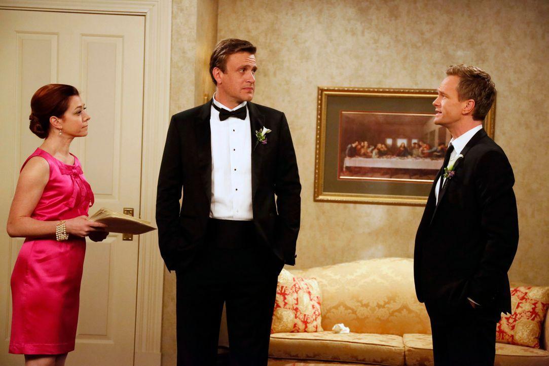 Als Barney (Neil Patrick Harris, r.) die Ehe von Lily (Alyson Hannigan, l.) und Marshall (Jason Segel, M.) betrachtet, wird ihm klar, dass er Robin... - Bildquelle: 2014 Twentieth Century Fox Film Corporation. All rights reserved.