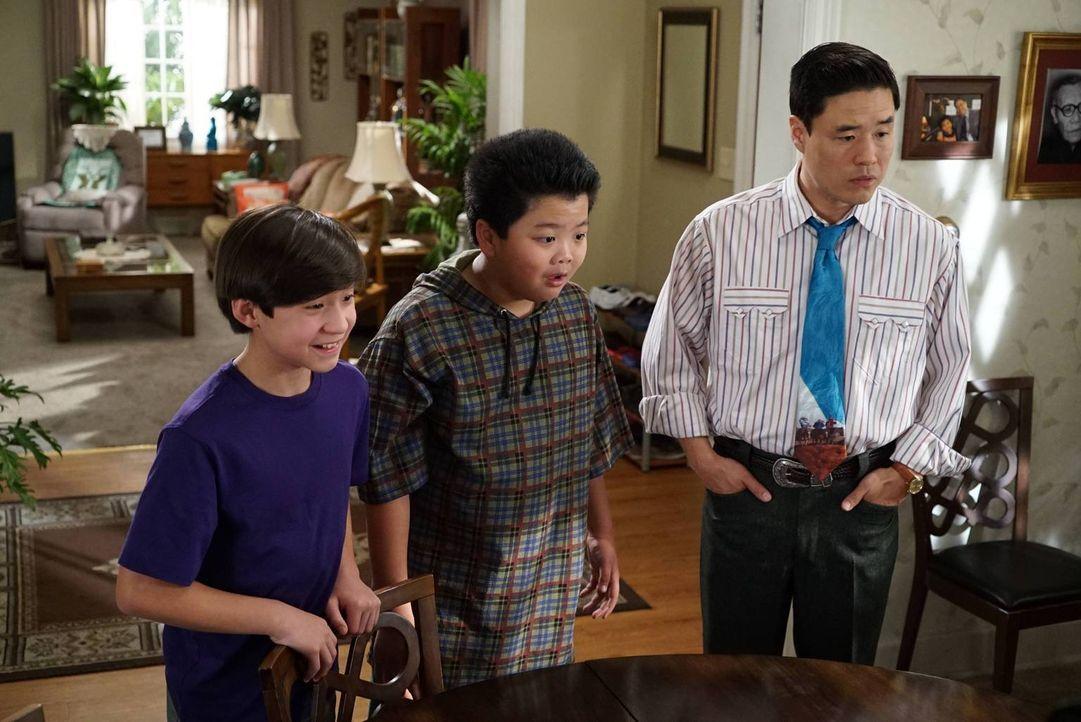 Während Louis (Randall Park, r.) und Eddie (Hudson Yang, M.) Emery (Forrest Wheeler, l.) beibringen wollen, seine negativen Gefühle zu beherrschen,... - Bildquelle: 2015-2016 American Broadcasting Companies. All rights reserved.