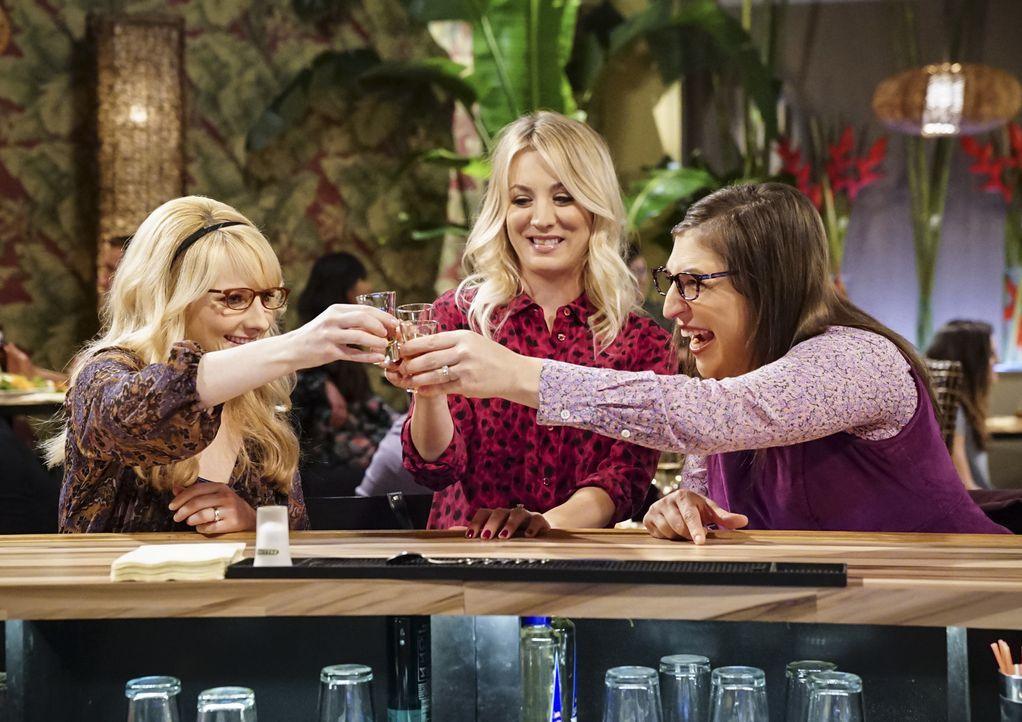Ein ganz besonderer Junggesellinnenabschied wartet auf Bernadette (Melissa Rauch, l.), Penny (Kaley Cuoco, M.) und Amy (Mayim Bialik, r.) ... - Bildquelle: Warner Bros. Television