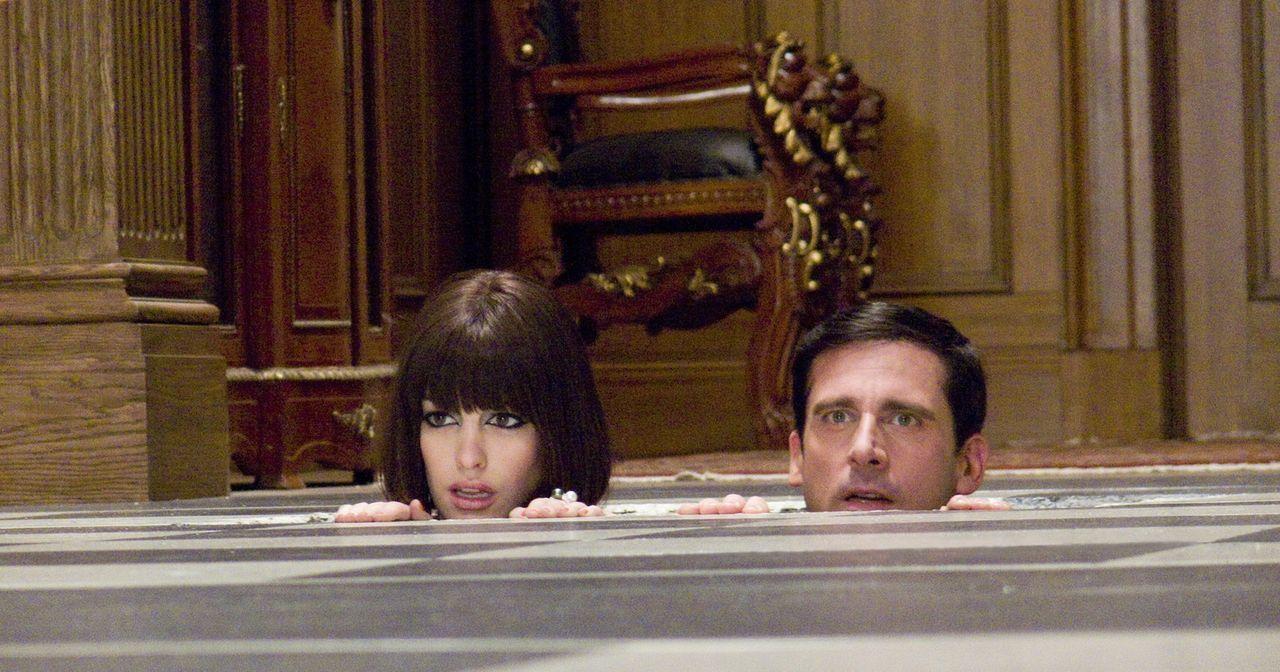 Würden am liebsten im Fußboden versinken: Agentin 99 (Anne Hathaway, l.) und Chef-Analytiker und Änfanger-Agent Maxwell Smart (Steve Carell, r.)... - Bildquelle: Warner Brothers
