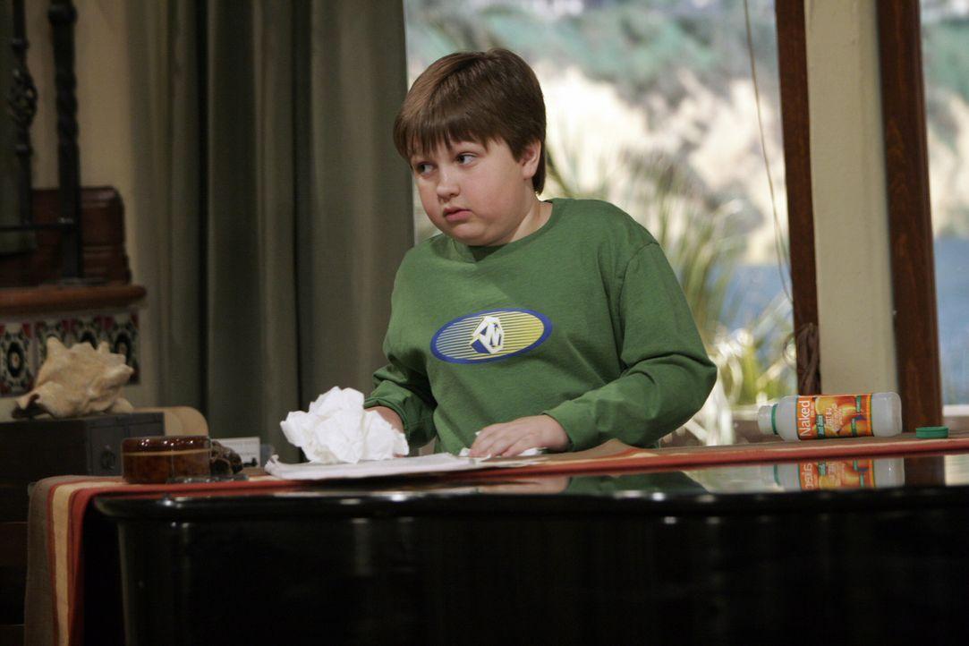 Jake (Angus T. Jones) ist von der ewigen Streiterei zwischen seinem Vater und seinem Onkel genervt ... - Bildquelle: Warner Bros. Television