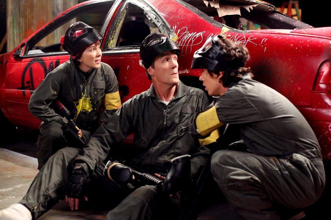 Frankie (Patricia Heaton, l.) und Mike (Neil Flynn, 2.v.l.) bieten ihren Kindern an, jeweils einen Tag allein mit ihnen zu verbringen. Während Axl (... - Bildquelle: Warner Brothers