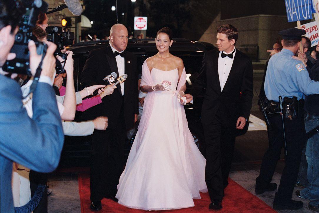 Als Tochter eines Präsidenten ist Samantha (Katie Holmes, M.) stets im Visier der Öffentlichkeit und des Secret Services (Michael Milhoan, l.). Al... - Bildquelle: Epsilon Motion Pictures GmbH