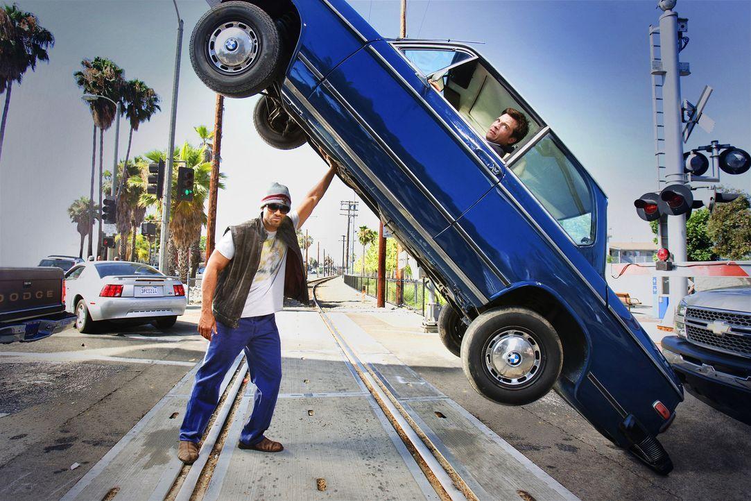 Die Bevölkerung von L.A. ist sich einig: Der Superheld Hancock (Will Smith, l.), der nach jeder Heldentat eine beispiellose Spur der Verwüstung hi... - Bildquelle: Sony Pictures