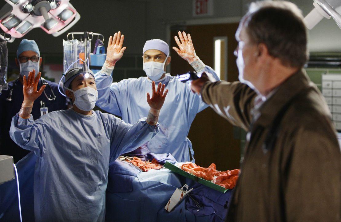 Die Katastrophe im Seattle Grace Krankenhaus, nimmt kein Ende: Gary Clark (Michael O'Neill, r.), Cristina (Sandra Oh, 2.v..) und Jackson (Jesse Will... - Bildquelle: Touchstone Television