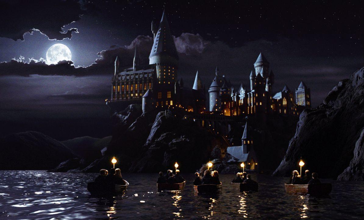 Hier lernt Harry Potter das Zaubern: die Zauberschule Hogwarts ... - Bildquelle: Warner Bros. Pictures