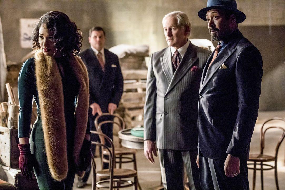 Kann Barry Millie (Candice Patton, l.) helfen, ihren beiden Vätern (Victor Garber, M. und Jesse L. Martin, r.) von ihrer Liebe zu erzählen und damit... - Bildquelle: 2016 Warner Bros.