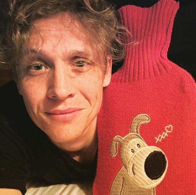 2. Eine Wärmflasche mit rotem Plüschtier-Bezug benutzen - Bildquelle: instagram.com/matthiasschweighoefer