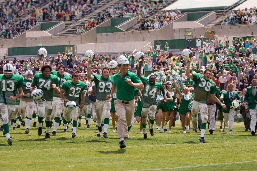 Nach dem Absturz eines Flugzeuges, in dem sich das gesamte Footballteam der Marshall Uni befand, gibt es keine Überlebenden. Mit einem neuen Coach (... - Bildquelle: TM &   2005 Warner Bros. All Rights Reserved.