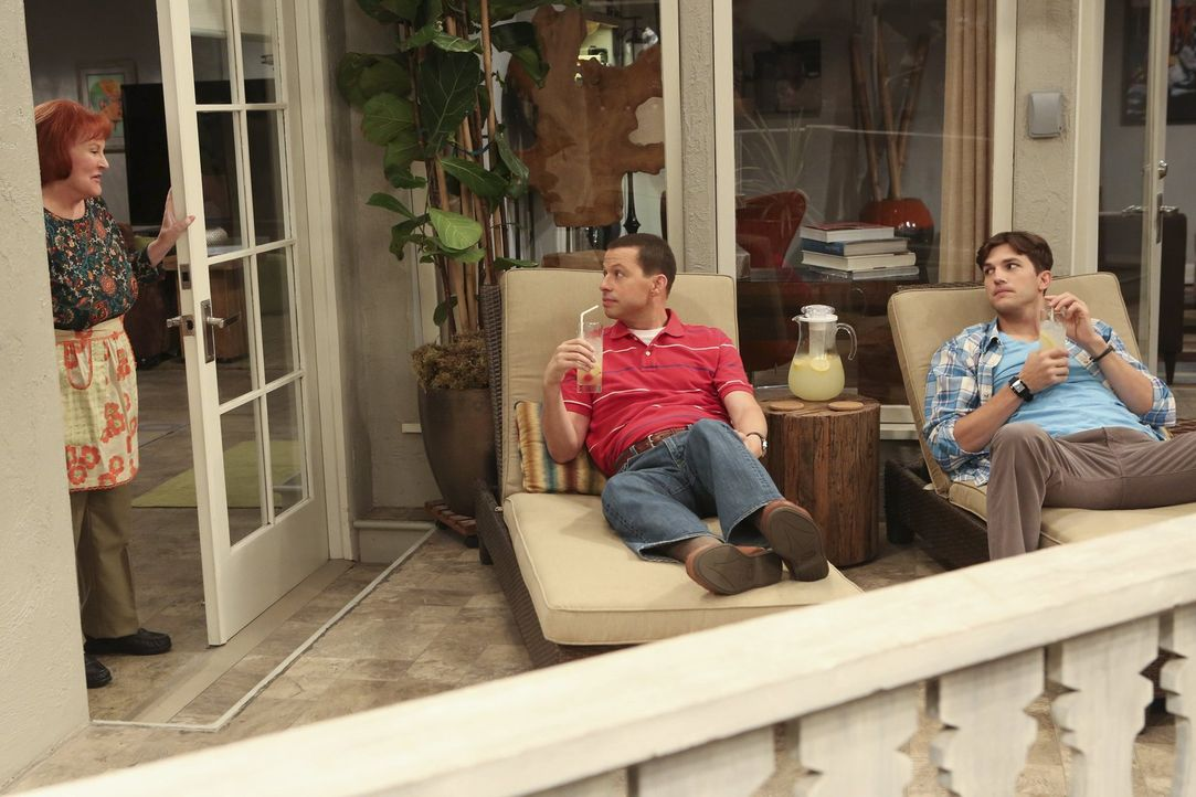 Als Berta in ihren wohlverdienten Ruhestand gegangen ist, stellen Alan (Jon Cryer, M.) und Walden (Ashton Kutcher, r.) eine neue Haushälterin ein. D... - Bildquelle: Warner Brothers