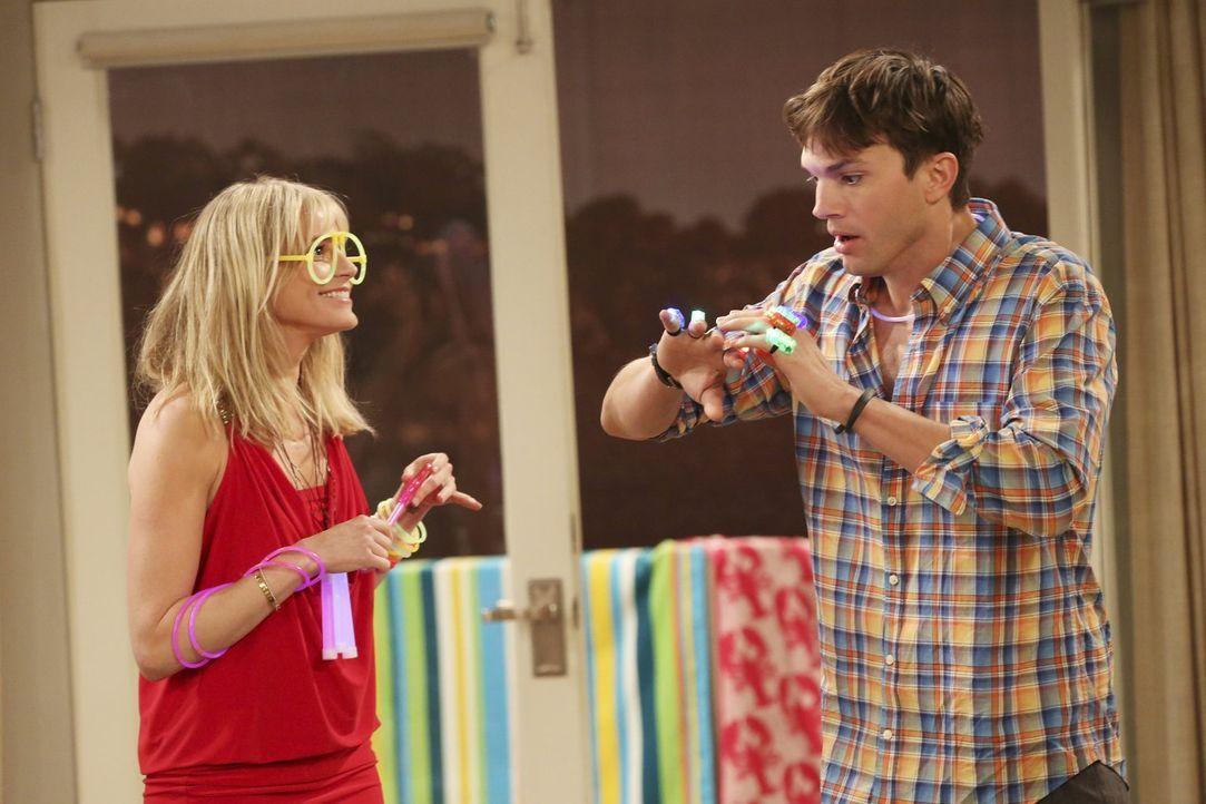 Erleben eine Party mit Folgen: Walden (Ashton Kutcher, r.) und Michaela (Molly Stanton, l.) ... - Bildquelle: Warner Bros. Television