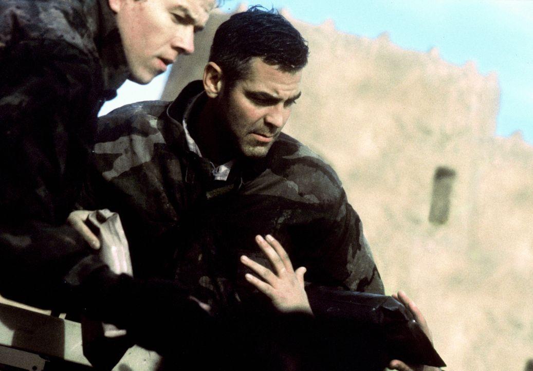 Die drei US-Soldaten Archie (George Clooney, r.), Troy (Mark Wahlberg, l.) und Chief Elgin hatten eine eher ruhige Zeit während des Golfkriegs. Am E... - Bildquelle: Warner Bros. Pictures
