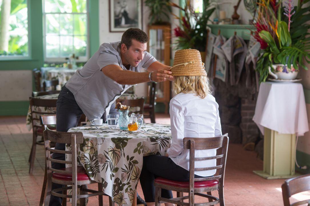 Obwohl eigentlich als Anstands-Wauwau zur Seite gestellt, kann sich Allison (Emma Stone, r.) schon bald dem Charme Brians (Bradley Cooper, l.) nicht... - Bildquelle: 2015 Columbia Pictures Industries, Inc. All Rights Reserved.