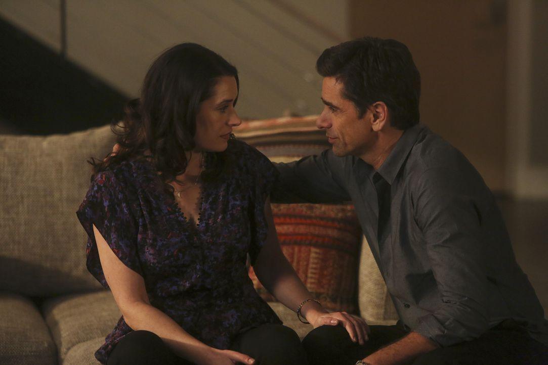 Als Sara (Paget Brewster, l.) und Jimmy (John Stamos, r.) feststellen, dass sie einander immer noch lieben, wollen sie mit ihren Partnern Craig und... - Bildquelle: Jordin Althaus 2016 ABC Studios. All rights reserved.