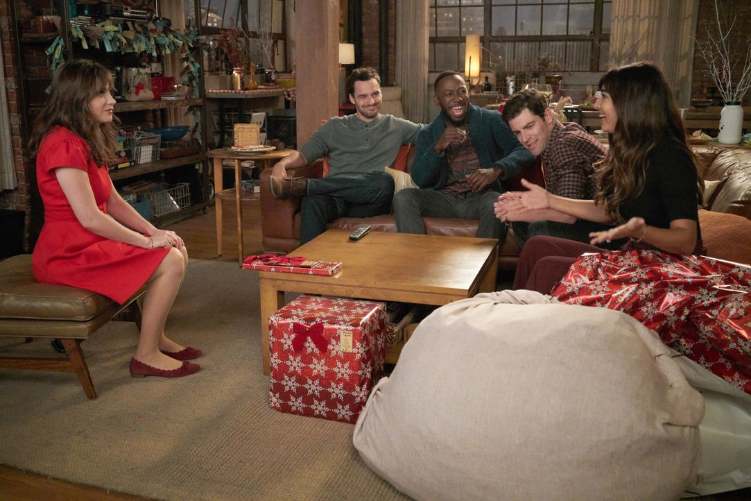 Die Weihnachtstage halten für Jess (Zooey Deschanel, l.), Nick (Jake Johnson, 2.v.l.), Winston (Lamorne Morris, M.), Schmidt (Max Greenfield, 2.v.r.... - Bildquelle: Ray Mickshaw 2017 Fox and its related entities. All rights reserved. / Ray Mickshaw